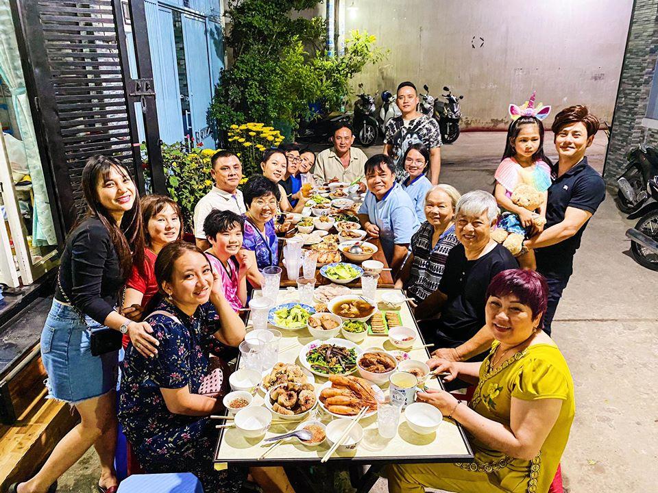 Ưng Đại Vệ và người thân có ngay bữa cơm sum họp thịnh soạn sau khi cúng giao thừa.