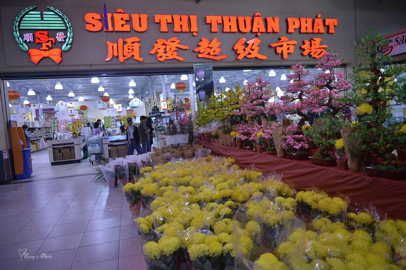 Chợ Cali Saigon Mall ở Texas bày bán hoa tết - Ảnh: Tony Long