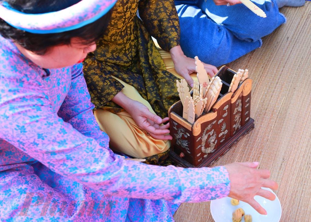 Ðổ xăm hường là trò chơi gieo con súc sắc (còn gọi là hột tào cáo, hột xí ngầu) để dành những chiếc thẻ khắc chữ màu đỏ, ghi các học vị trong hệ thống khoa cử thời xưa gồm: Tú tài, Cử nhân, Tiến sĩ, Hội nguyên, Thám Hoa, Bảng Nhãn và Trạng Nguyên. Ngay tên gọi của các quân cờ cũng đã thể hiện sự nho nhã của trò chơi cũng như tinh thần cầu học và ước vọng khoa bảng của người xưa