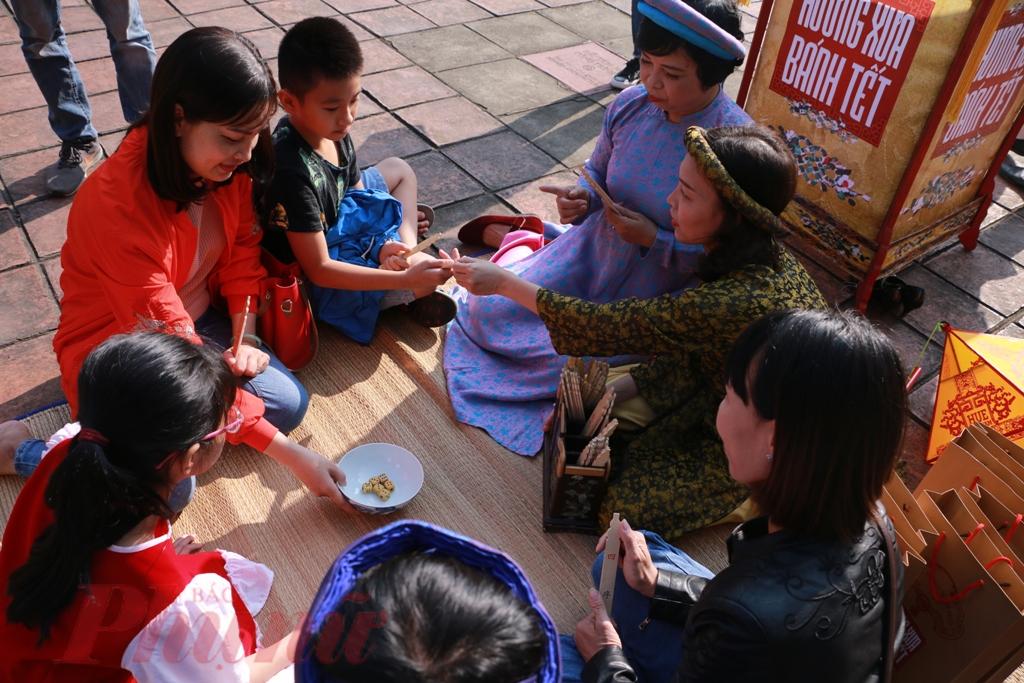 Là kinh đô của triều đại phong kiến cuối cùng Việt Nam, Huế không chỉ lưu giữ nhiều công trình kiến trúc mang đậm dấu ấn vương triều mà còn lưu giữ nhiều lễ nghi, trò chơi. Đổ xăm hường ngày Tết là một trong những trò chơi cung đình xưa được người dân Huế lưu giữ.
