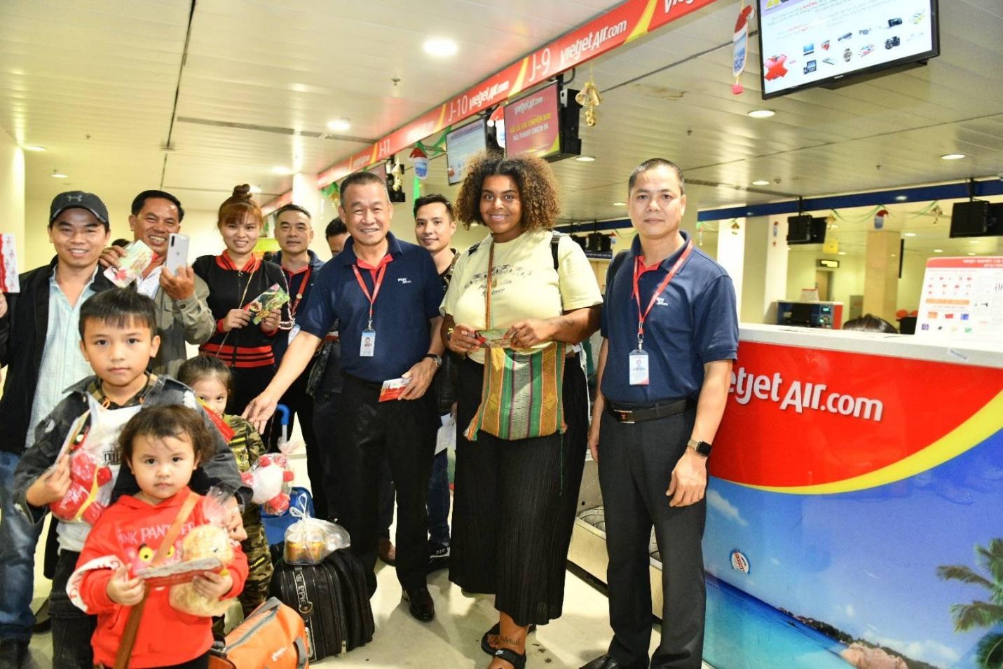 Những hành khách tất bật làm thủ tục cho chuyến bay trở về đón tết đoàn viên cùng gia đình bất ngờ nhận quà lì xì của giám đốc điều hành Lưu Đức Khánh. Ảnh Vietjet