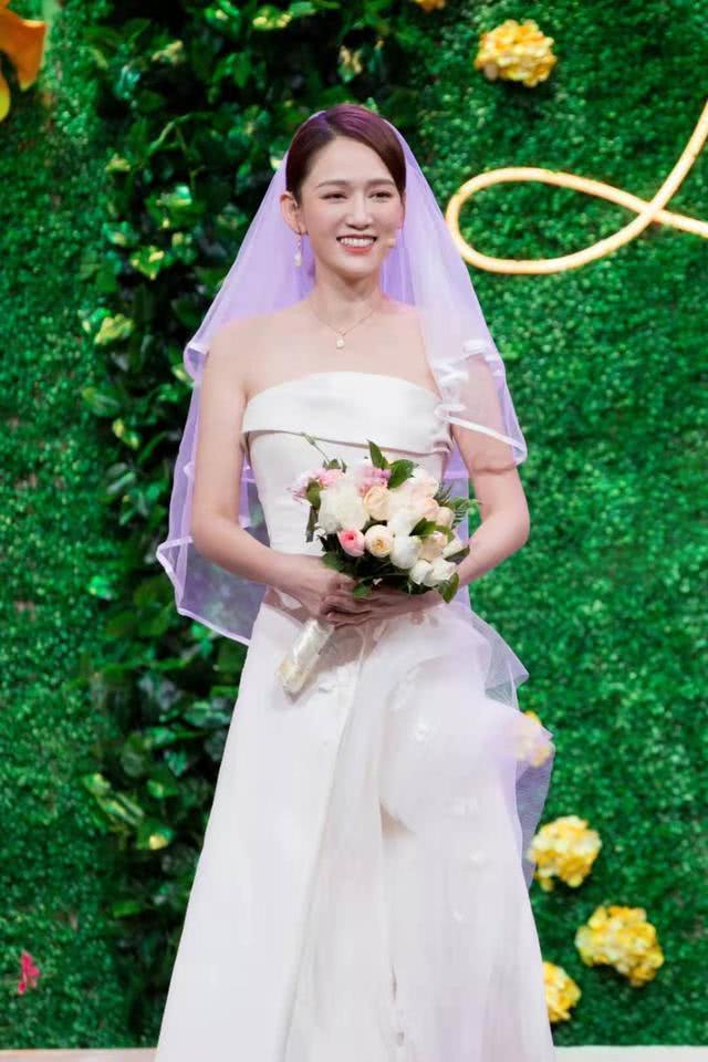 Trong chương trình Đêm hài kịch mùa xuân chào năm mới, hai diễn viên Minh Đạo và Trần Kiều Ân đã có dịp hội ngộ khi cùng là khách mời đặc biệt. Trần Kiều Ân xuất hiện trong chiếc váy cưới trắng tinh, khoe vẻ đẹp ngọt ngào, trong trẻo.