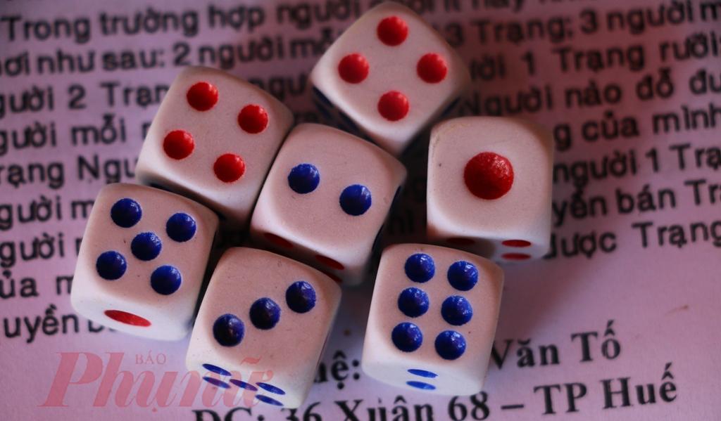 Trò chơi dùng sáu con súc sắc, mỗi con có sáu mặt khắc các dấu chấm theo thứ tự: nhất, nhị, tam, tứ, ngũ, lục, trong đó mặt nhất và mặt tứ tô màu đỏ (hường), các mặt khác được tô màu đen. Khi chơi, ngưòi ta gieo cả sáu con súc sắc vào chiếc tô sứ rồi căn cứ vào các mặt hiện ra để tính điểm để nhận cho mình chiếc thẻ thích hợp. Người chơi có thể là bốn, năm hay sáu người đều được.