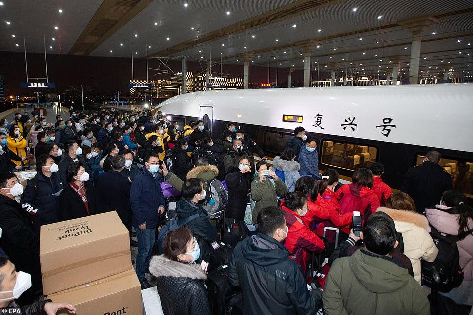 Lực lượng nhân viên y tế bổ sung từ Nam Kinh được huy động đến Vũ Hán để hỗ trợ ứng phó dịch bệnh.