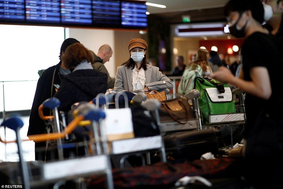 Một nữ hành khách từ Trung Quốc vừa đến sân bay tại Paris, Pháp