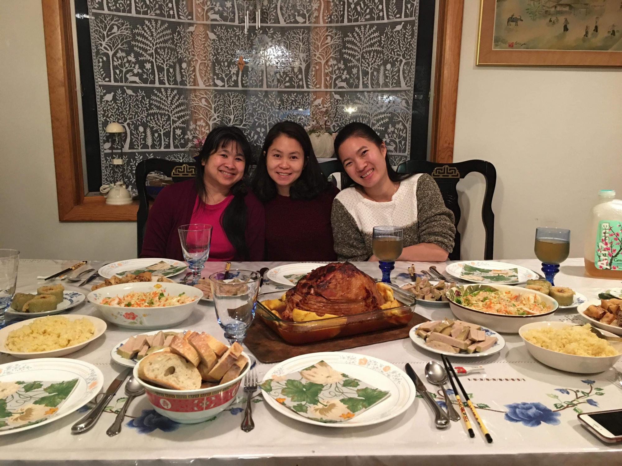 Ngọc Anh và mẹ con chị Linh Phượng bên mâm cơm cổ truyền.