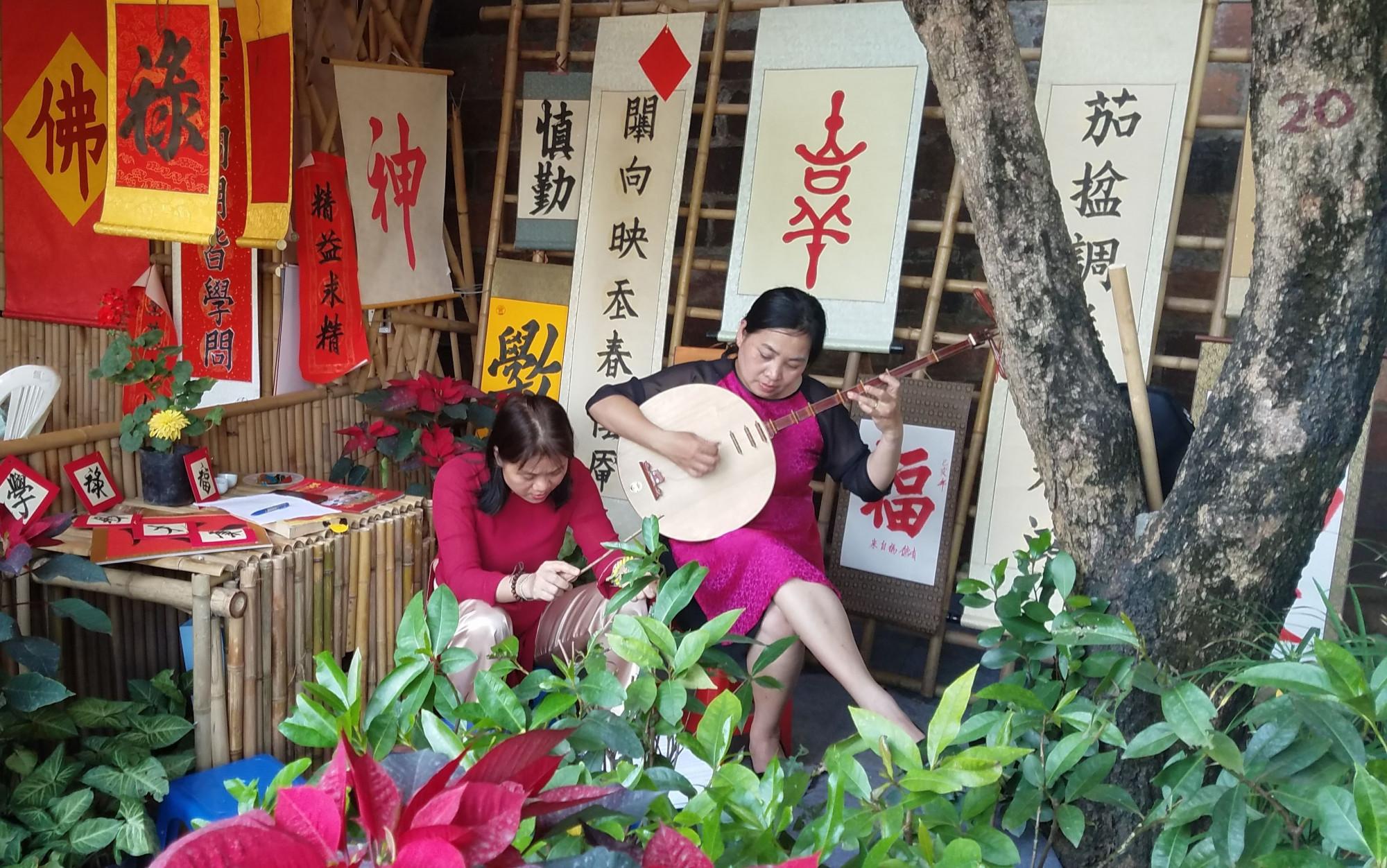 Ngoài xin chữ, du khách còn được thưởng thức âm thanh của nhạc cụ dân tộc