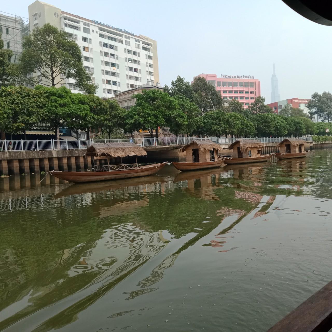 Dạo sông, ngắm những tòa nhà cao giữa sông nước mênh mang, bỗng thấy mình như bé lại
