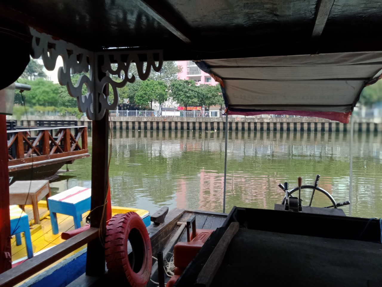 Chúng tôi đi Trên kênh Nhiêu Lộc- Thị Nghè bằng thuyền Qui, trong 1 giờ 15 phút, thuyến hơn 10 người, mỗi người chỉ mất 110 ngàn đồng , còn được tặng nước ngọt, trái cây, thuyết minh và nghe nhạc.