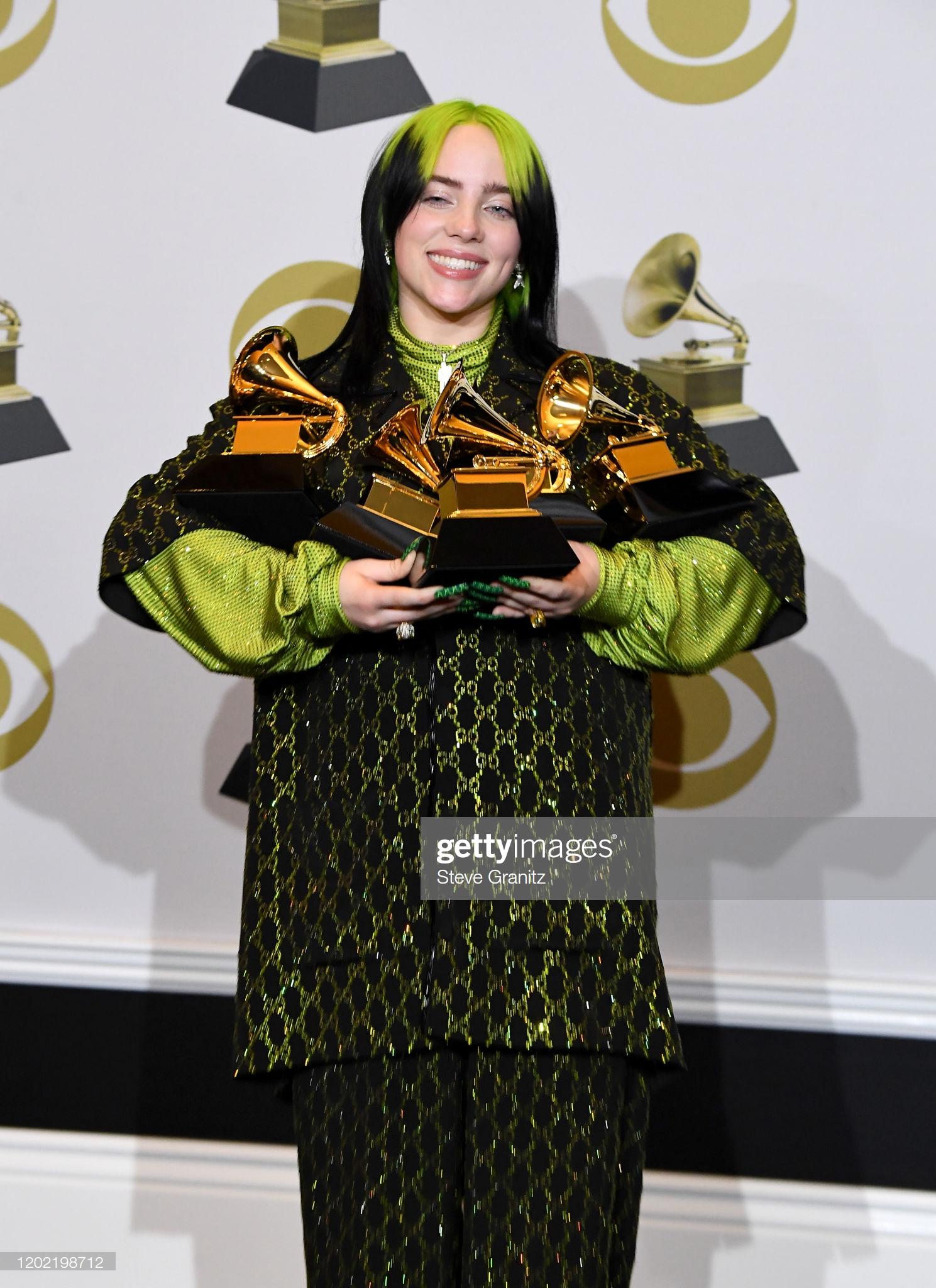 Cùng với giải thưởng ấn tượng, Billie Eilish cũng tự biết cách làm vẻ ngoài ấn tượng hơn mỗi khi xuất hiện trên sân khấu hoặc tại bất cứ thảm đỏ lễ trao thưởng nào khác.
