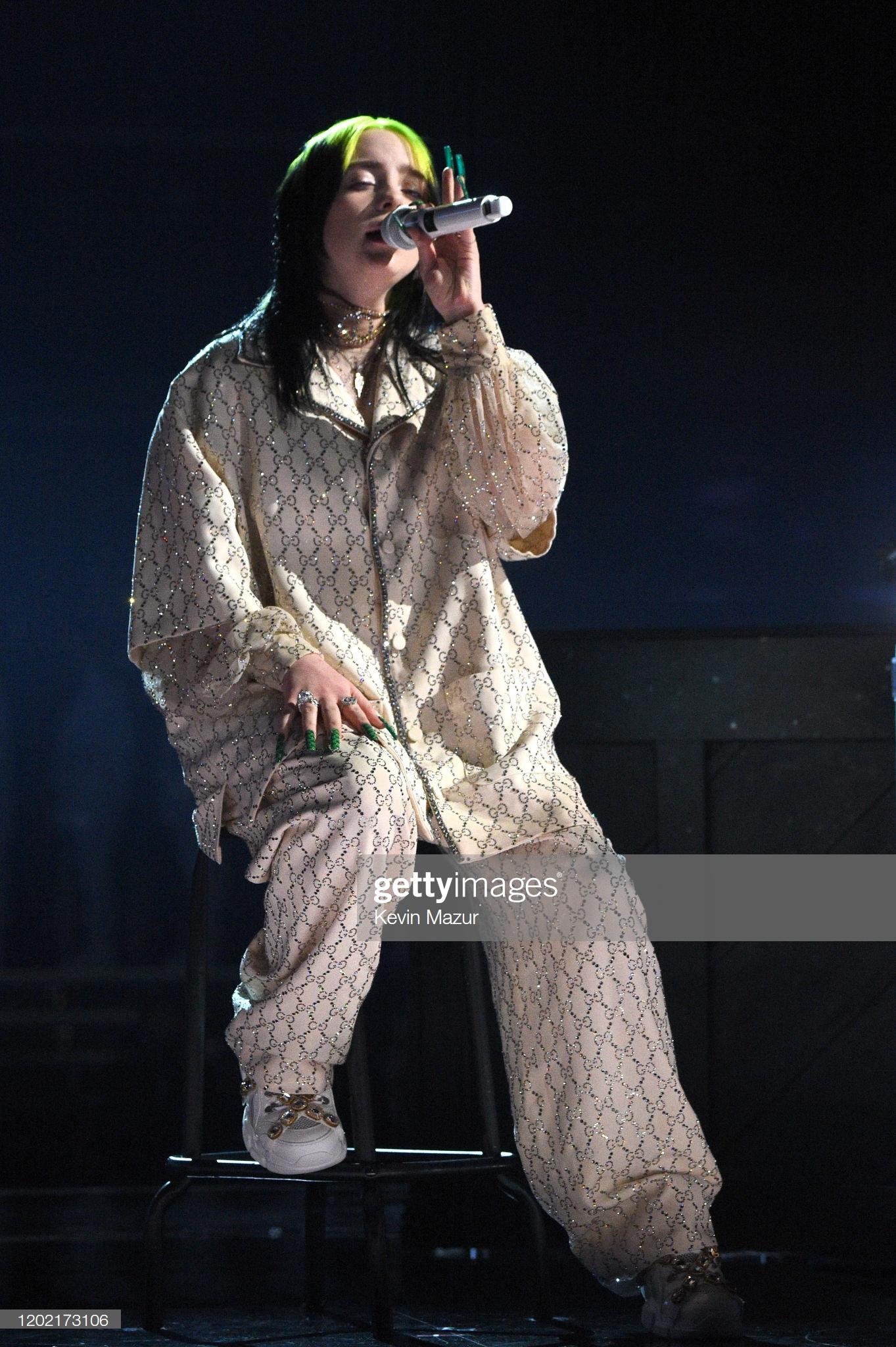 Khi trình diễn tại Grammy 2020, Billie Eilish vẫn chọn phong cách thời trang như mọi khi. Cô lăng-xê các sản phẩm đến từ nhà mốt Gucci.