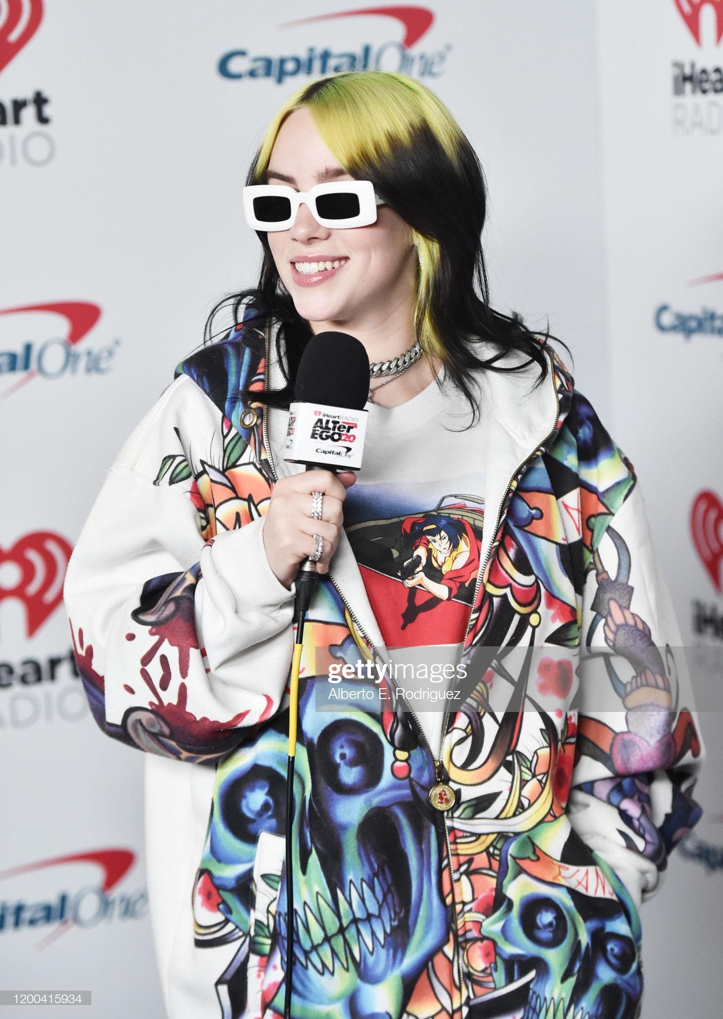 Billie Eilish luôn biết cách làm bản thân nổi bật trước ống kính, vĩ như bộ trang phục màu sắc với hoạ tiết ngộ nghĩnh này. Đặc biệt, nếu ai để ý, Billie Eilish luôn có nhiều phụ kiện mắt kính, vòng đeo cổ, nhẫn, vòng tay... để tạo ấn tượng.