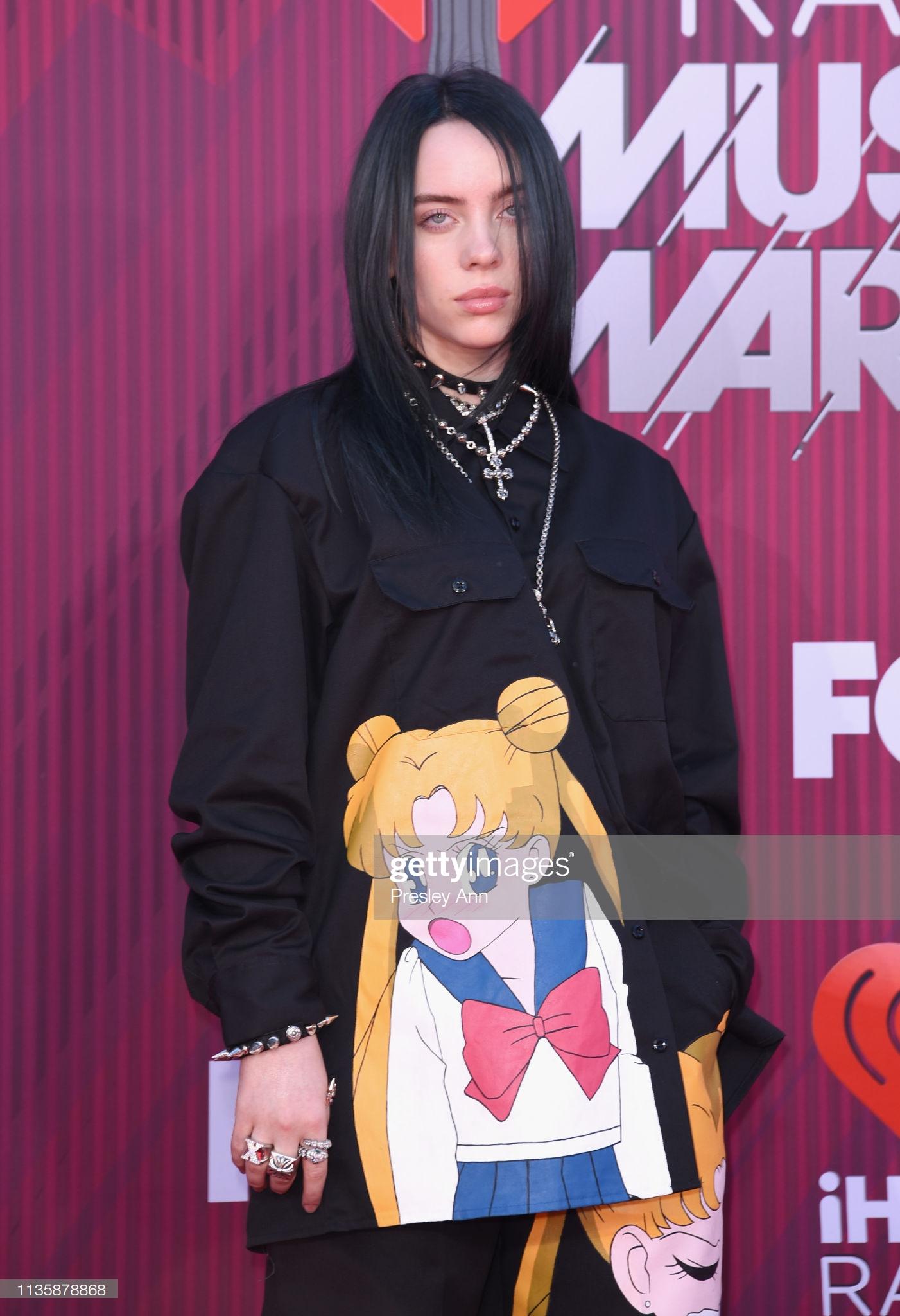 Billie Eilish thời tóc còn đen và trang phục với hoạ tiết nhân vật truyện tranh Thuỷ thủ mặt trăng.