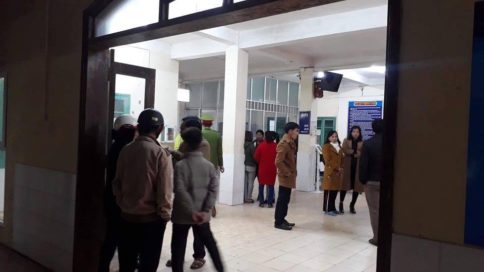 Hai cháu bé con bà Hạnh được cấp cứu tại Trung tâm Y tế huyện Hướng Hóa
