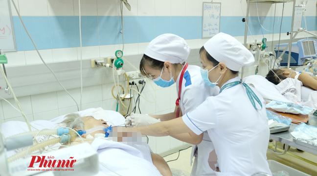 Điều dưỡng chăm sóc cho bệnh nhân tại BV Bệnh nhiệt đới TP.HCM cũng chỉ mang khẩu trang y tế