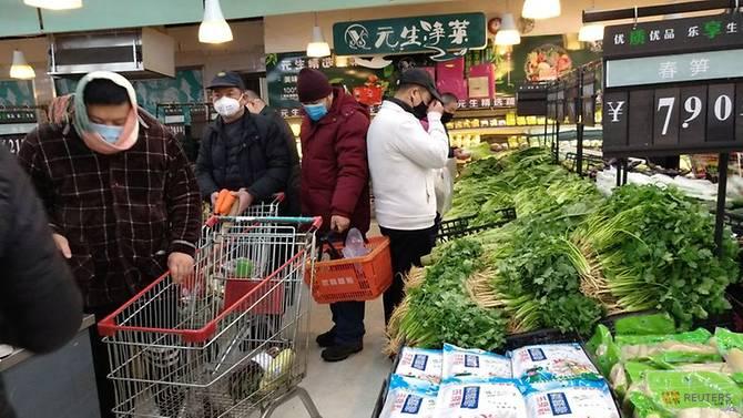 Người dân Vũ Hán mua sắm tại một siêu thị hôm 27/1.