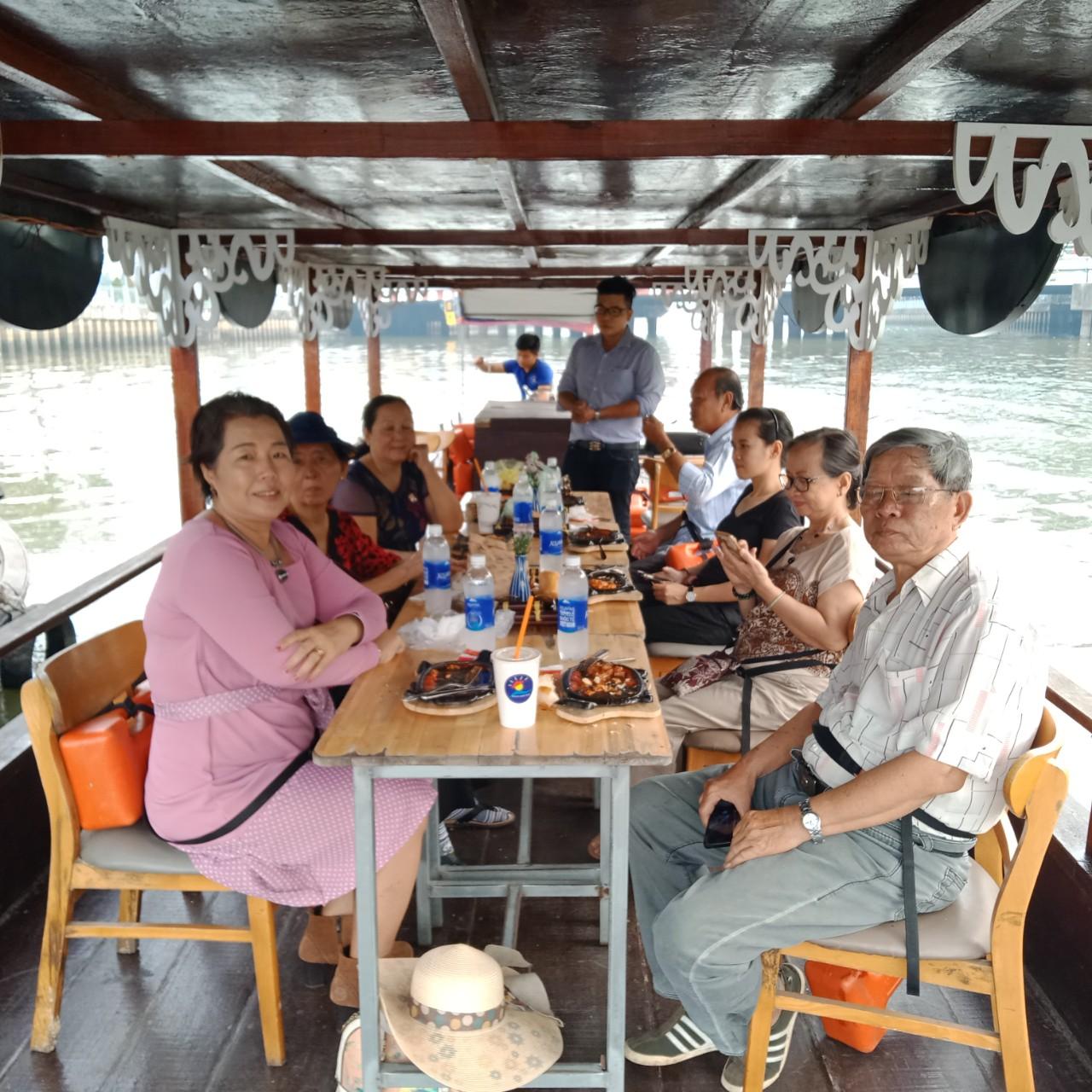 Ngày xuân, nhiều đoàn du khách Việt có tuổi chọn du thuyền trên sông thay vì vào phố phường nhộn nhịp