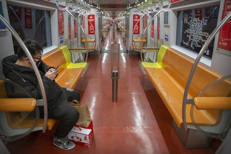Một chuyến tàu vắng khách tại Thượng Hải, người dân rất ngại sử dụng phương tiện giao thông công cộng vào thời điểm nhạy cảm này.