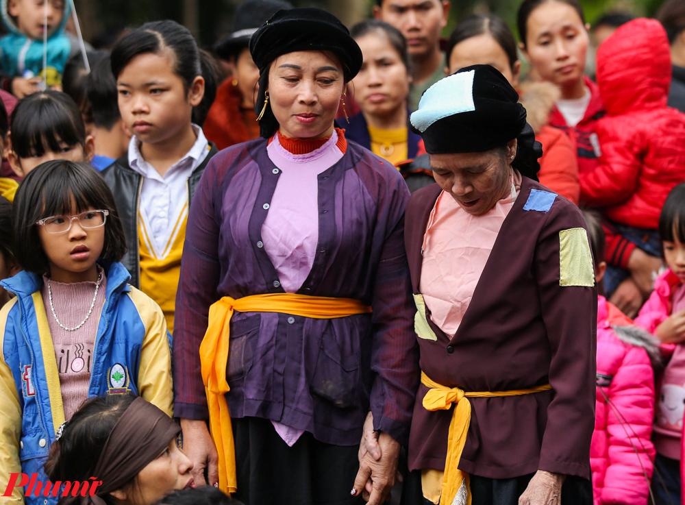 Những người phụ nữ tham gia lễ hội với trang phục truyền thống