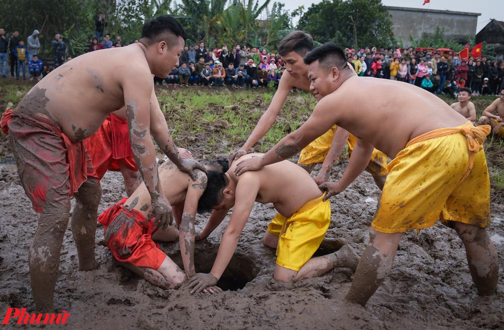 """Khác với lễ hội ở các nơi, tục """"cướp Trái"""" ở làng Tuân Lục không có giải nhất, nhì. Tham gia cướp trái, người thắng người thua đều vui vẻ, cùng được nhận lộc Thánh lấy may."""