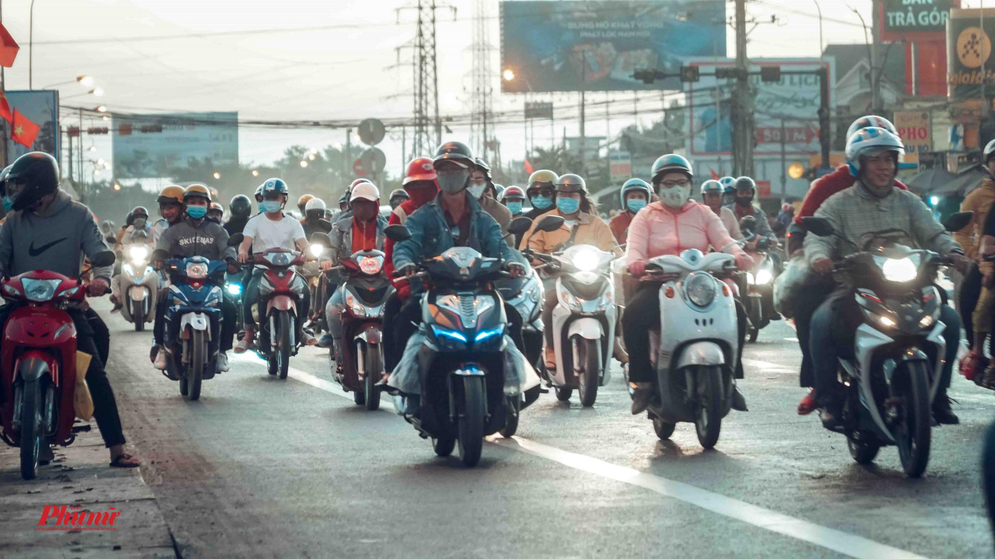 Đoàn người ùn ùn trở về Sài Gòn sau kỳ nghỉ Tết