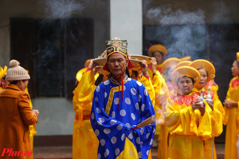 Trước khi màn trình diễn bắt đầu, đoàn rước dâng hương và lễ vật vào đền Thánh.