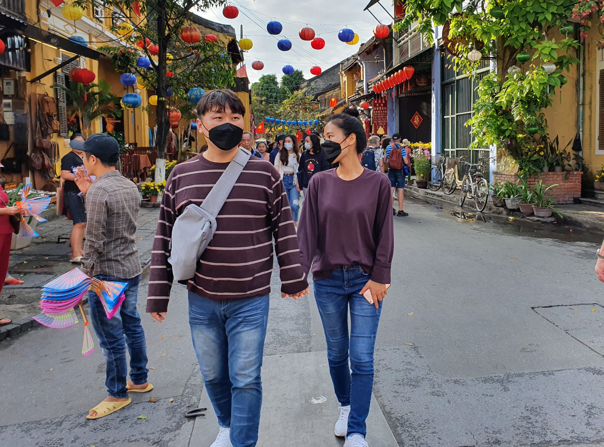 Một cặp đôi dạo phố Hội