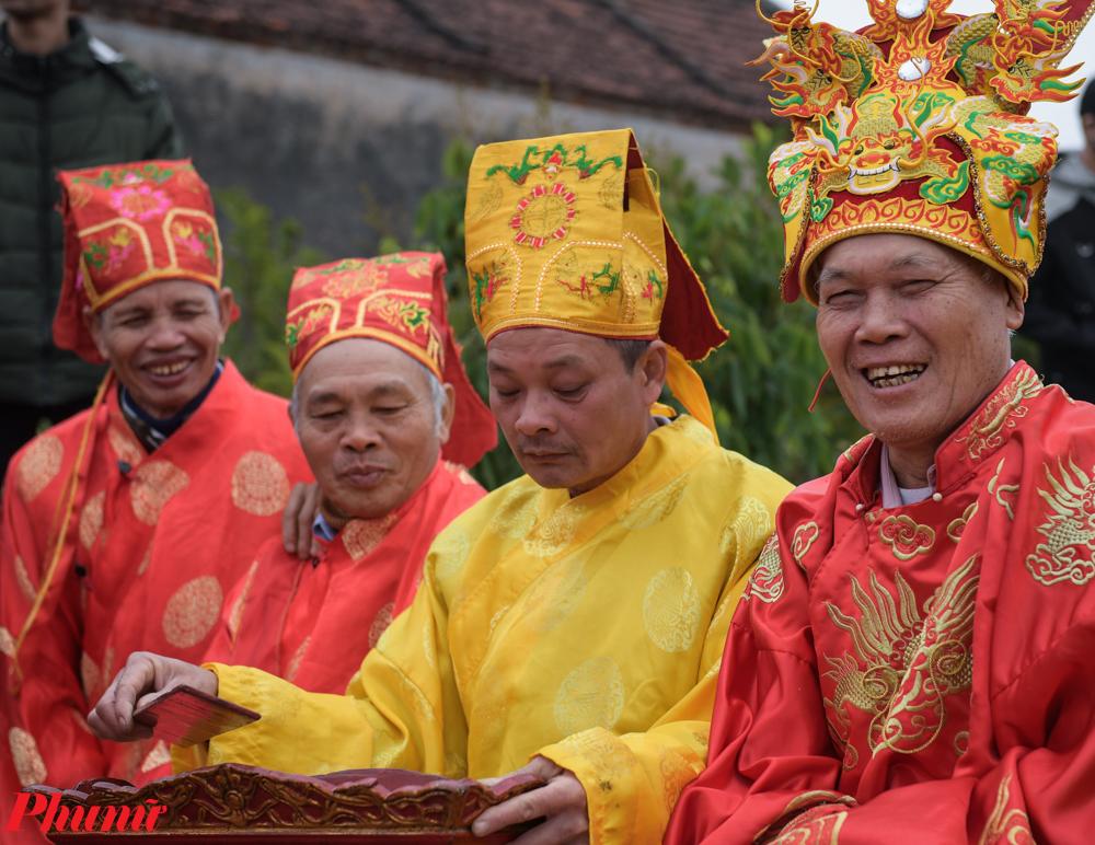 """Lễ hội diễn ra với nhiều nghi thức như: Dâng hương, tế lễ, đặc biệt là trò chơi dân gian """"cướp trái"""" thể hiện tinh thần thượng võ, tri ân công đức của Thành hoàng làng."""