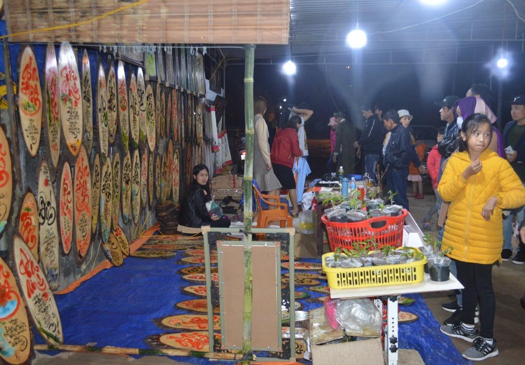 Bên cạnh đó, trong không gian lễ hội còn có các trò chơi dân gian, chương trình ca nhạc đón xuân. Người dân địa phương còn mang đến chợ các sản vật của địa phương như cành chè, cây thần tài, gói muối, ngọn trầu cau… để bán lấy lộc cho du khách thập phương
