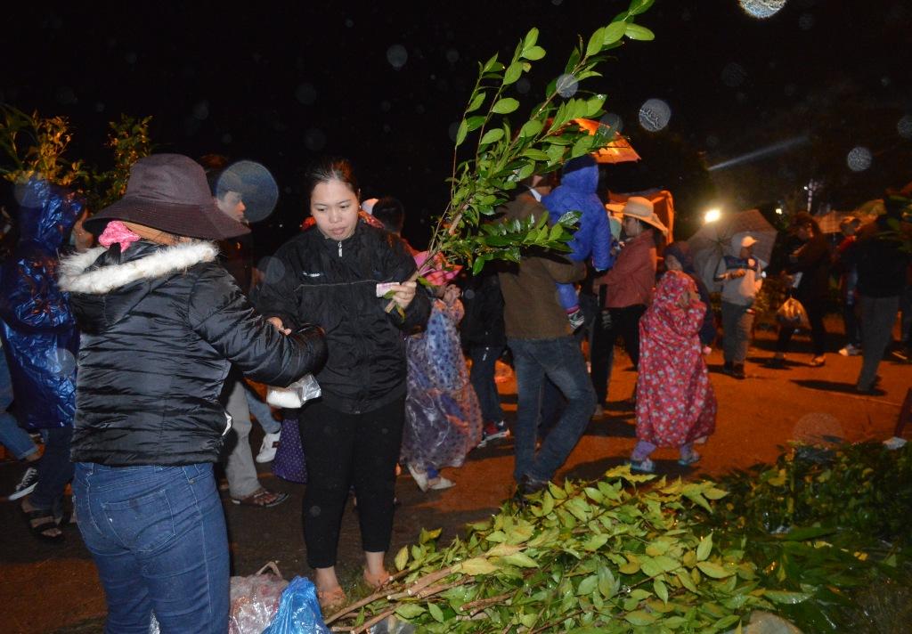 Lễ hội Chợ đình truyền thống đầu xuân của người dân Bích La đã trở thành dịp mua bán lộc, dâng hương cầu may của mọi người
