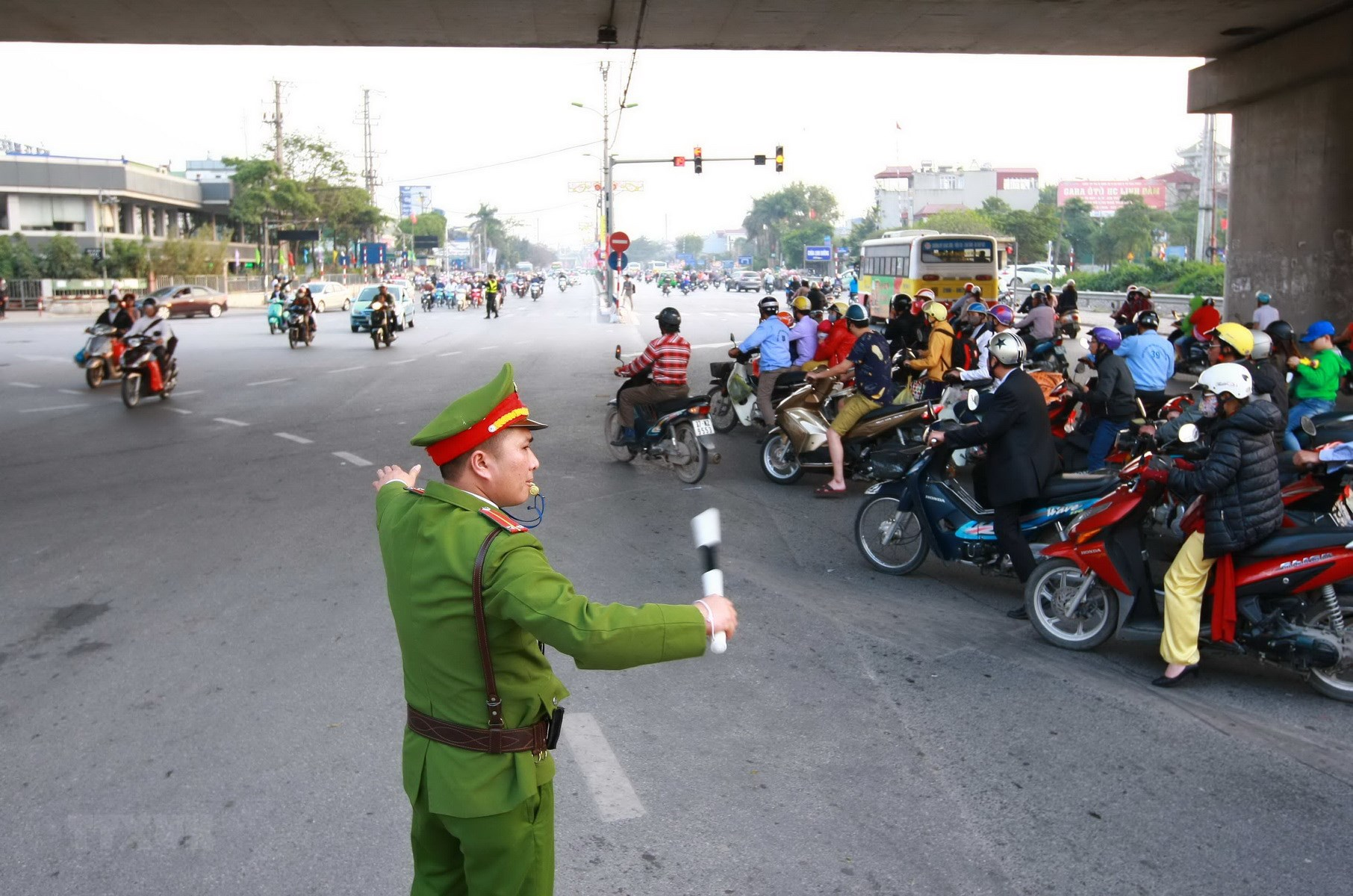 Cảnh sát phân luồng giao thông trong kỳ nghỉ Tết Nguyên đán 2020. (Nguồn ảnh:: TTXVN)