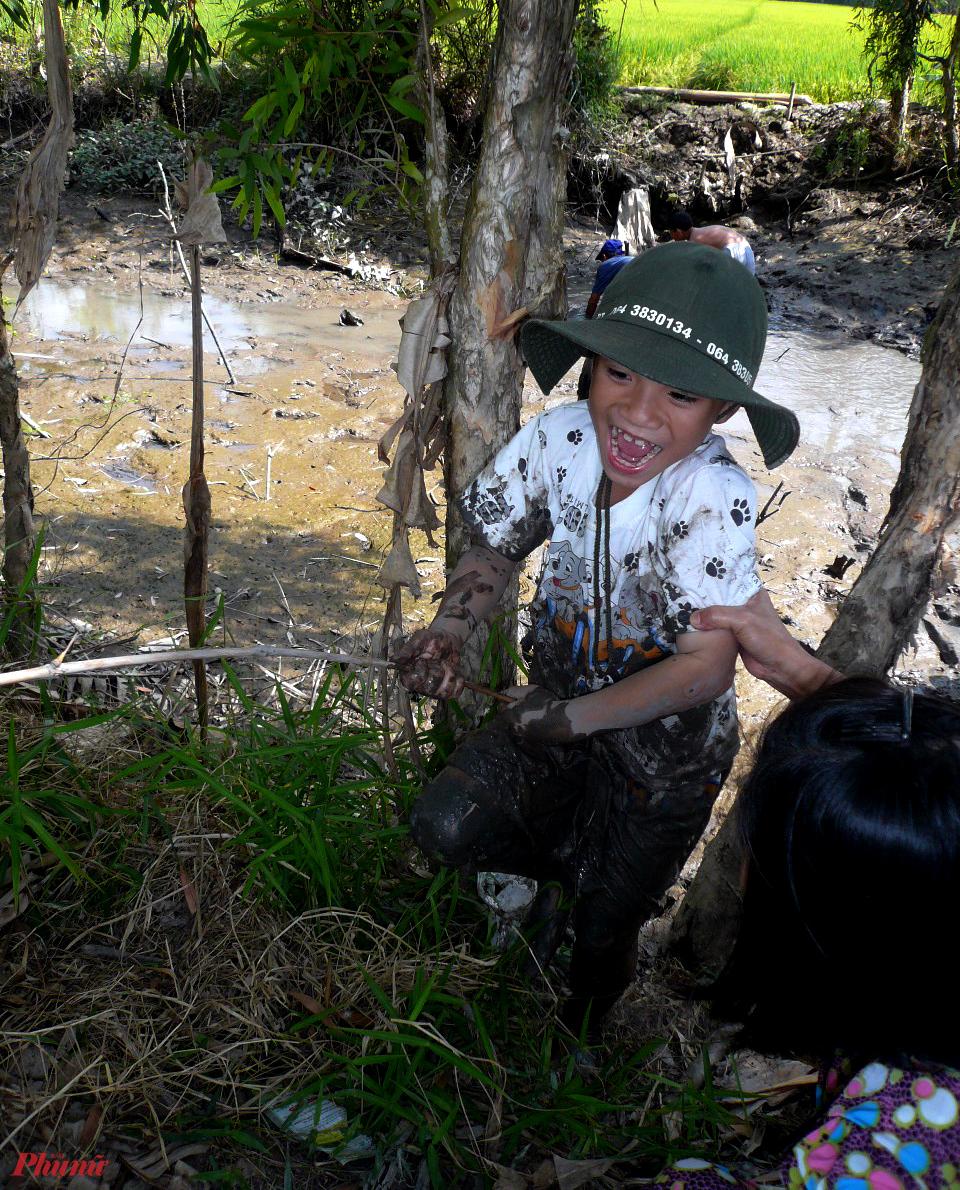 Được lội bùn bắt cá, bắt vẹm là trò khiến trẻ ở phố thật sự phấn khích khi về chốn miệt vườn ngày tết
