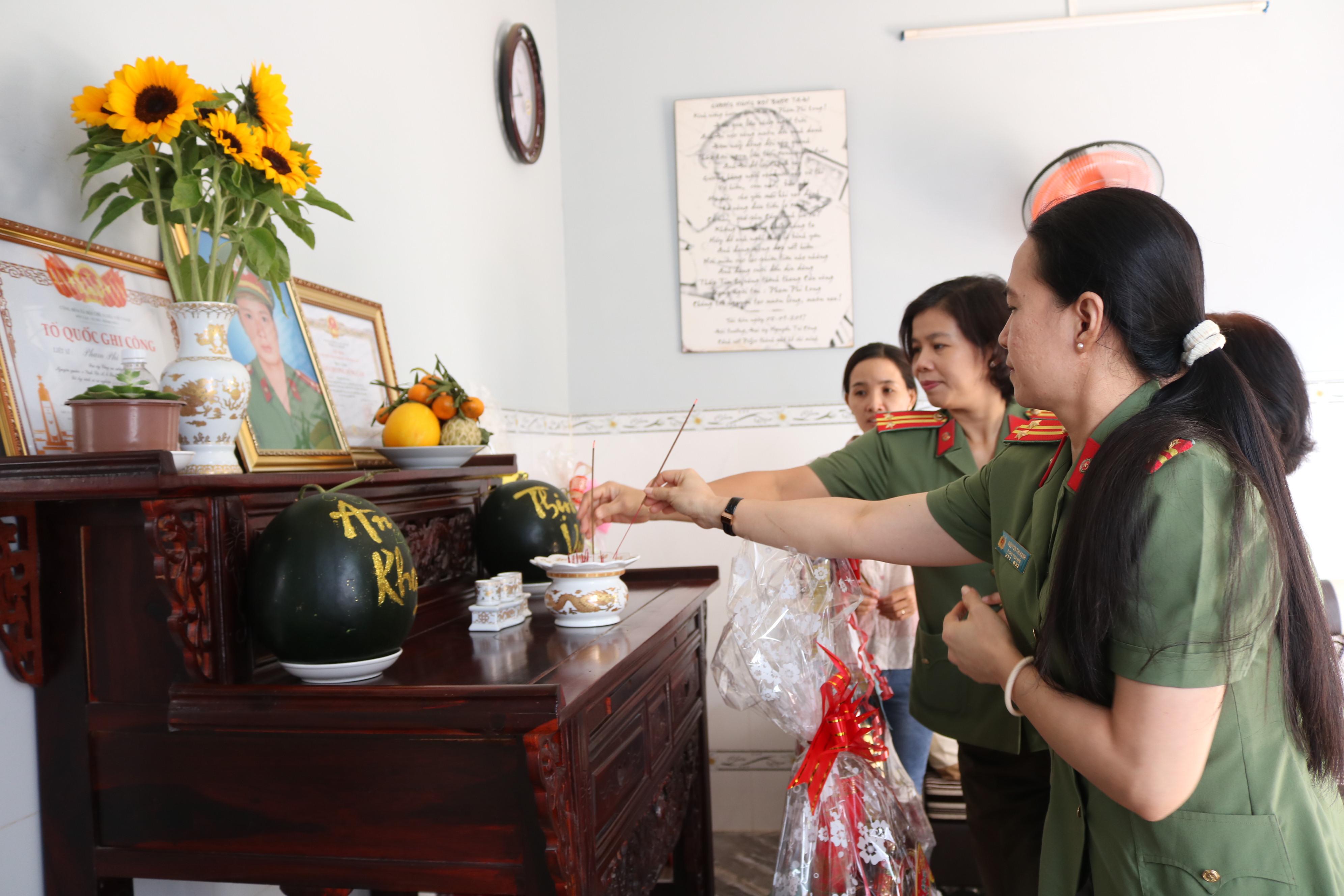 Đoàn cán bộ Hội Phụ nữ Công an TP.HCM thắp hương tưởng nhớ đại úy Phạm Phi Long.