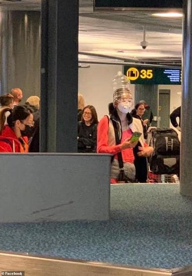 Một nữ du khách từ Trung Quốc tại sân bay Vancouver, Canada.
