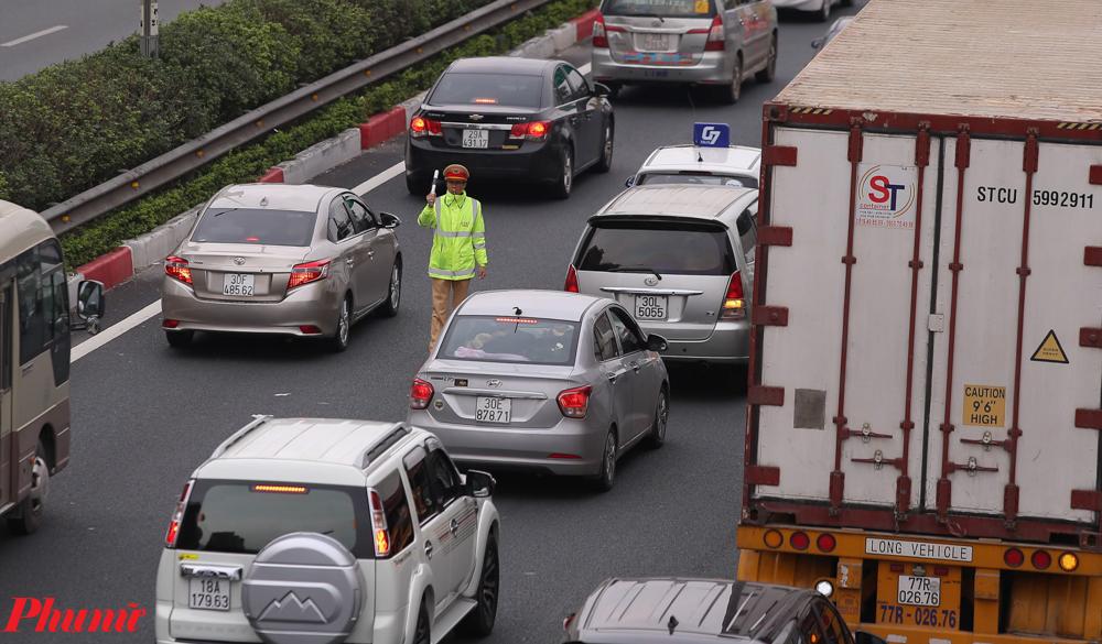 Lực lượng Cảnh sát giao thông hết sức vất vả khi phân làn các phương tiện, tránh cho cảnh ùn tắc kéo dài.