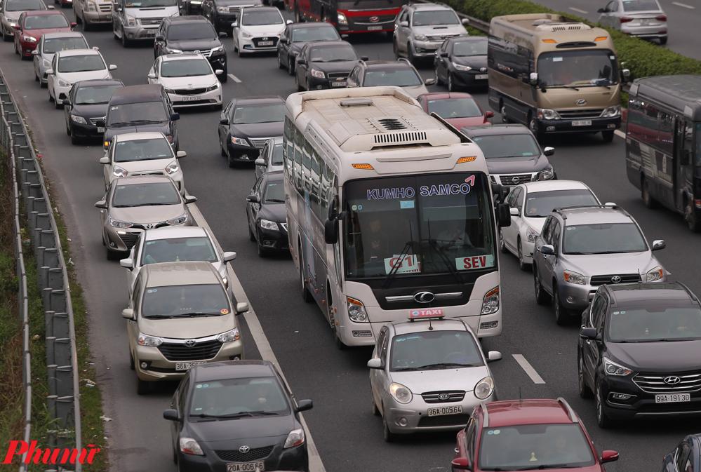 Tuy nhiên, những ngàn chiếc xe vẫn nối đuôi nhau, chờ đợi hàng giờ đồng hồ để qua được trạm thu phí. Từ ngày 28/1, nhiều người dẫn đã bức xúc nêu ý kiến về việc trạm thu phí không xả trạm dù ùn tắc kéo dài hàng km. Theo quy định, của Tổng Cục đường bộ (Bộ GTVT), khi xảy ra ùn tắc phương tiện kéo dài từ 700m trở lên, nhà đầu tư BOT phải mở barie xả trạm để đảm bảo giao thông không bị ùn tắc.
