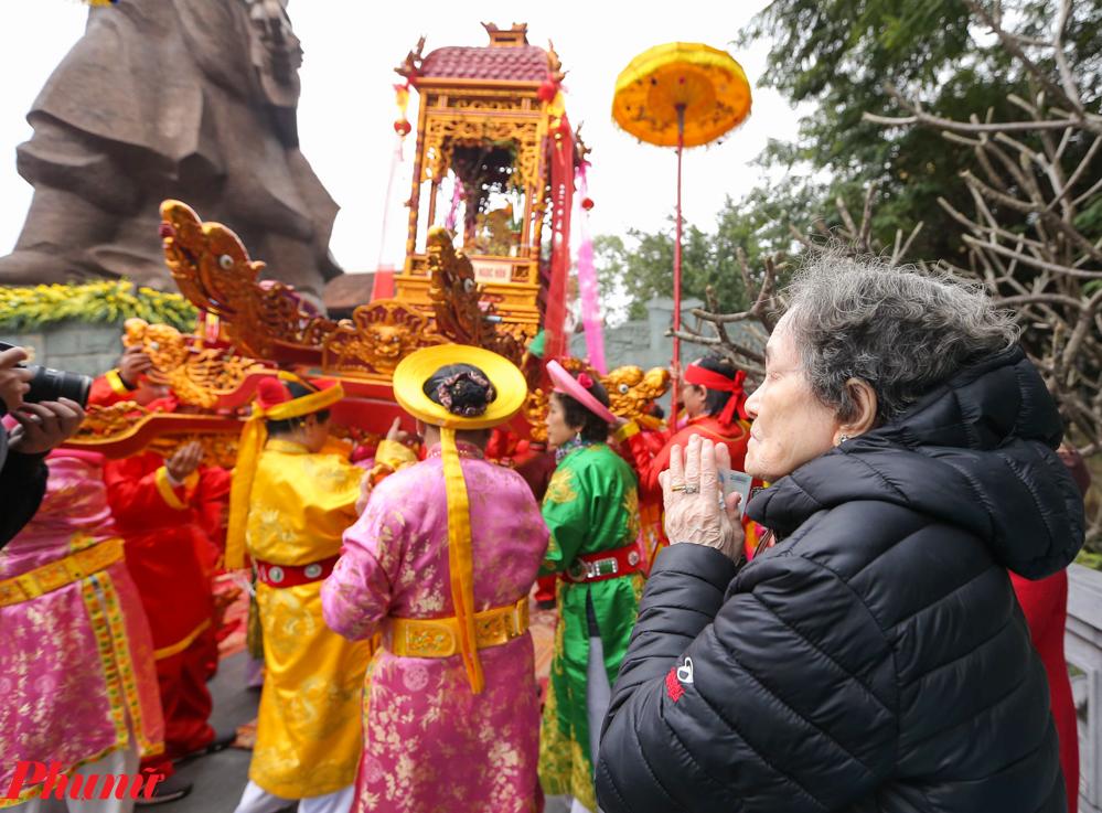 Dù thời tiết lạnh lẽo nhưng hàng ngàn người vẫn tập trung theo dõi lễ hội.