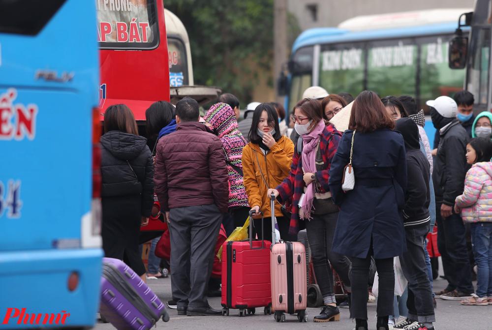 ầu giờ chiều ngày 29/1, cửa ngõ phía nam của Thủ đô từ Thường Tín về Giải Phóng đã có khá đông phương tiện lưu thông. Đa phần là người dân từ các tỉnh sau kì nghỉ tết quay về Hà Nội để trở lại làm việc. Tại bến xe Giáp Bát, nhiều gia đình đã đưa con em trở lại Thủ đô sau đợt nghỉ Tết nguyên đán 2020.