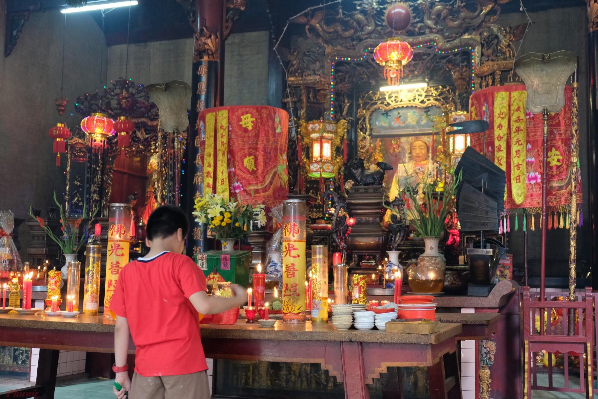 Theo học giả Vương Hồng Sển thì Thiên Hậu Thánh Mẫu (vị thần được thờ chính trong chùa) có tên là Lâm Mặc Nương, sinh ngày 23/3/1044, người đảo Mi Châu, thuộc Bồ Dương (Phước Kiến). Tương truyền, bà là một người có năng lực thần thánh cứu giúp dân, dạy dân dùng rau rong biển cứu đói, cầu mưa, treo chiếu làm buồm, giải trừ thủy tai – quái phong… Năm Canh Dần (1110), nhà Tống sắc phong cho bà là