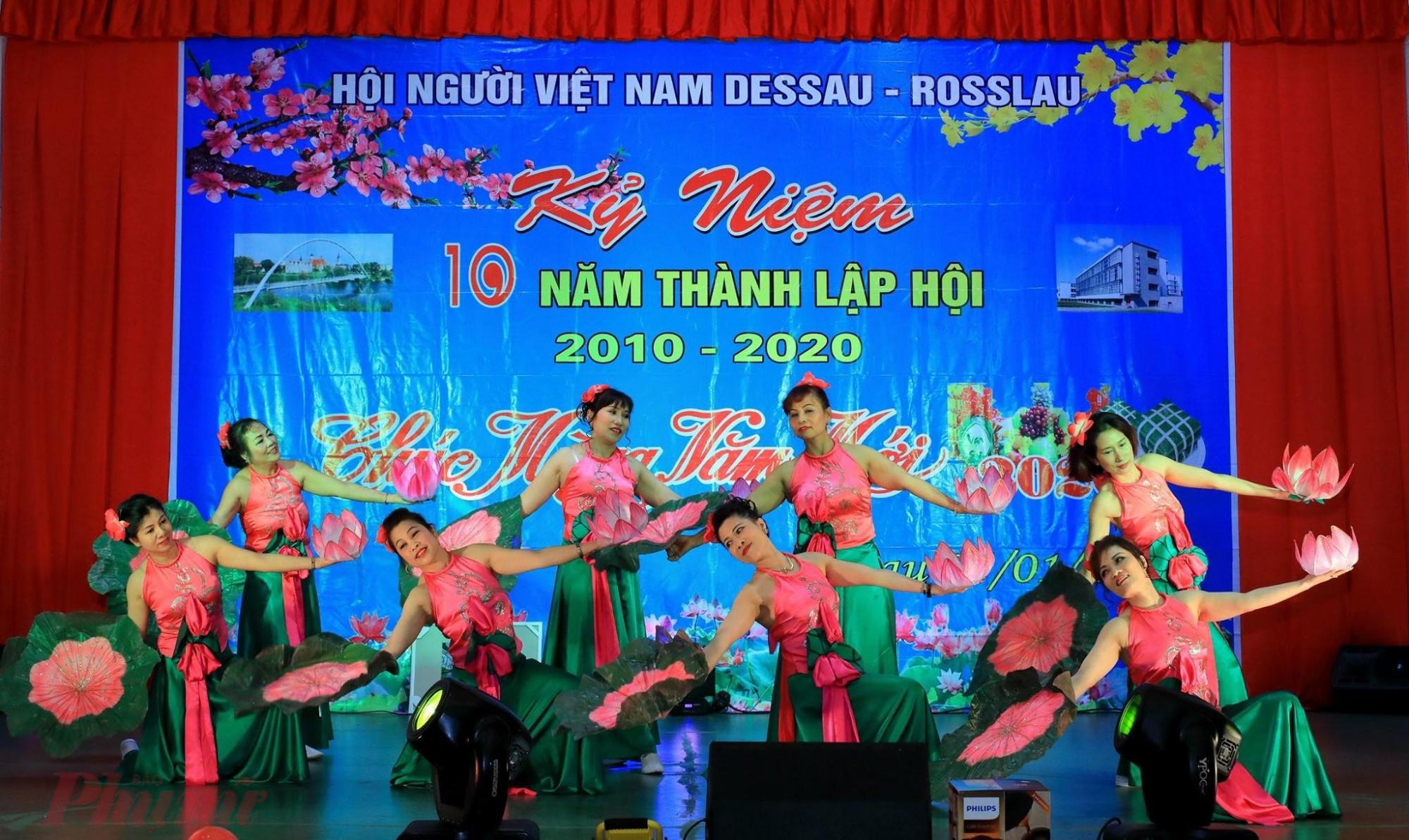 Các chị em người Việt ở Dessau tư biên đạo và biểu diễn múa. Lên sân khấu, ai cũng lung linh; còn đời thường, các chị ai cũng đang đi làm, có người đã lên chức bà, có bạn vừa tròn 18.
