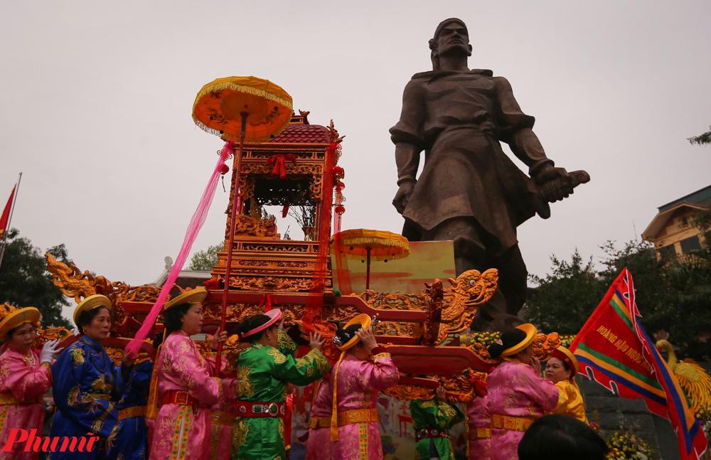 """Là lễ hội đầu xuân nhưng hội gò Đống Đa lại có một ý nghĩa đặc biệt quan trọng, khi đây là một lễ hội lưu giữ niềm tự hào, sự quật cường của cả một dân tộc và được tổ chức để tưởng nhớ chiến công lẫy lừng của vua Quang Trung - người Anh hùng """"áo vải, cờ đào"""" trong lịch sử chống giặc ngoại xâm của dân tộc."""