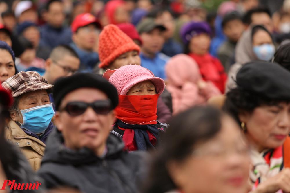 Tại buổi lễ có thể bắt gặp nhiều người đeo khẩu trang y tế hoặc tự bằng khăn, áo. Có thể đó là cách lo lắng, đề phòng dịch bệnh đang gây xôn xao trên cả nước.