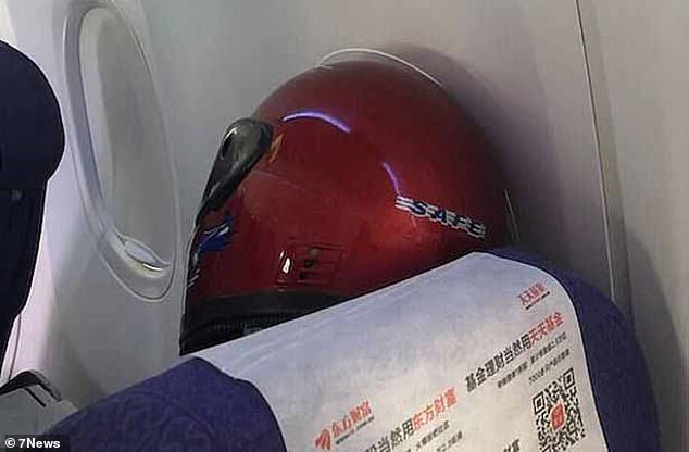 Hành khách đội nón bảo hiểm trên chuyến bay đến Perth, Úc.