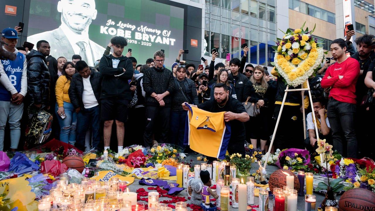 Người hâm mộ Kobe Bryant tưởng nhớ thần tượng tại đường phố ở Los Angeles