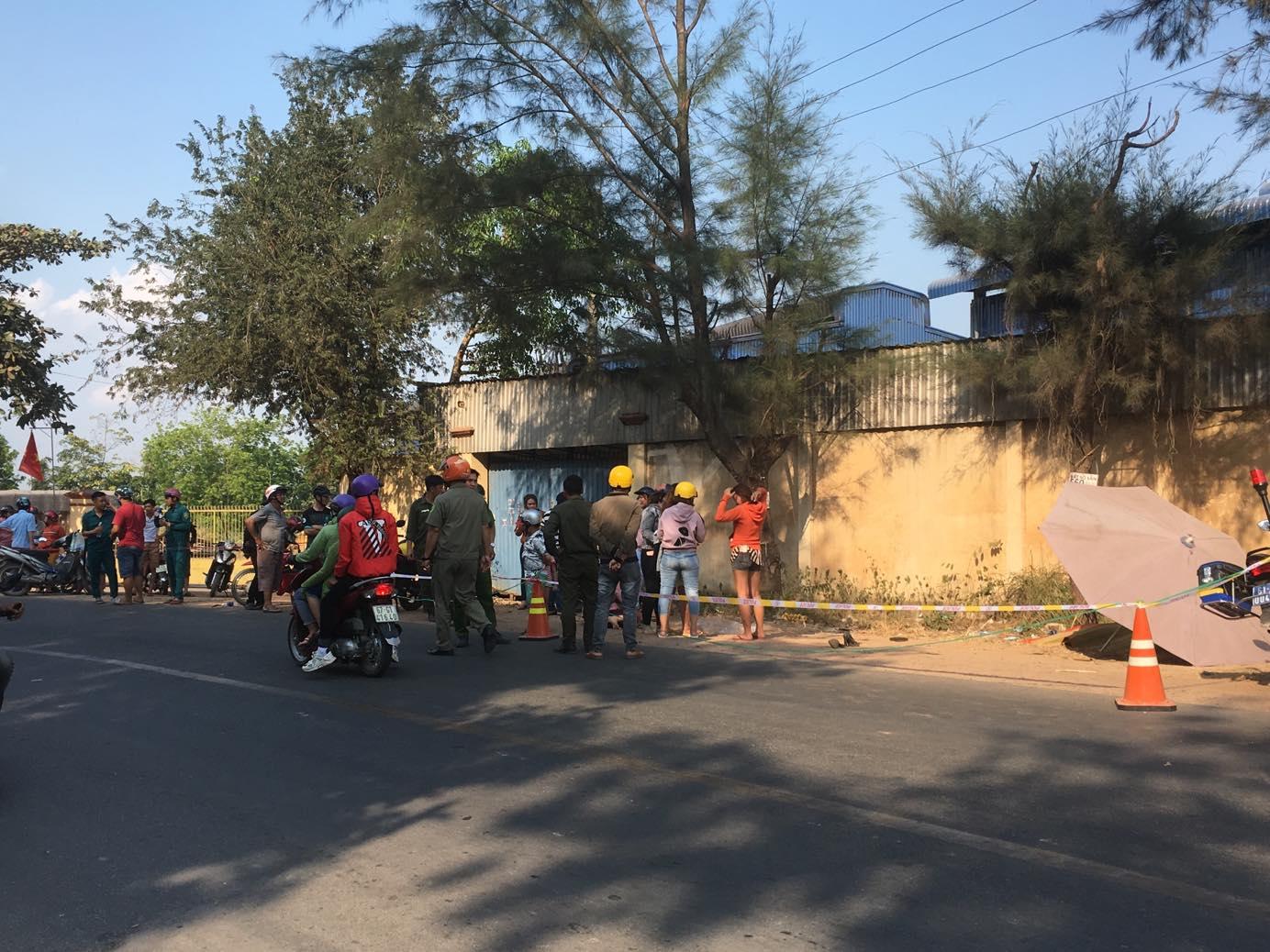 Người dân mang dù ra che nắng cho thi thể nạn nhân