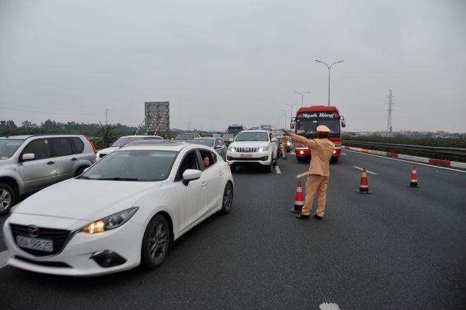 Lực lượng CSGT phân làn giao thông trong ngày nghỉ Tết