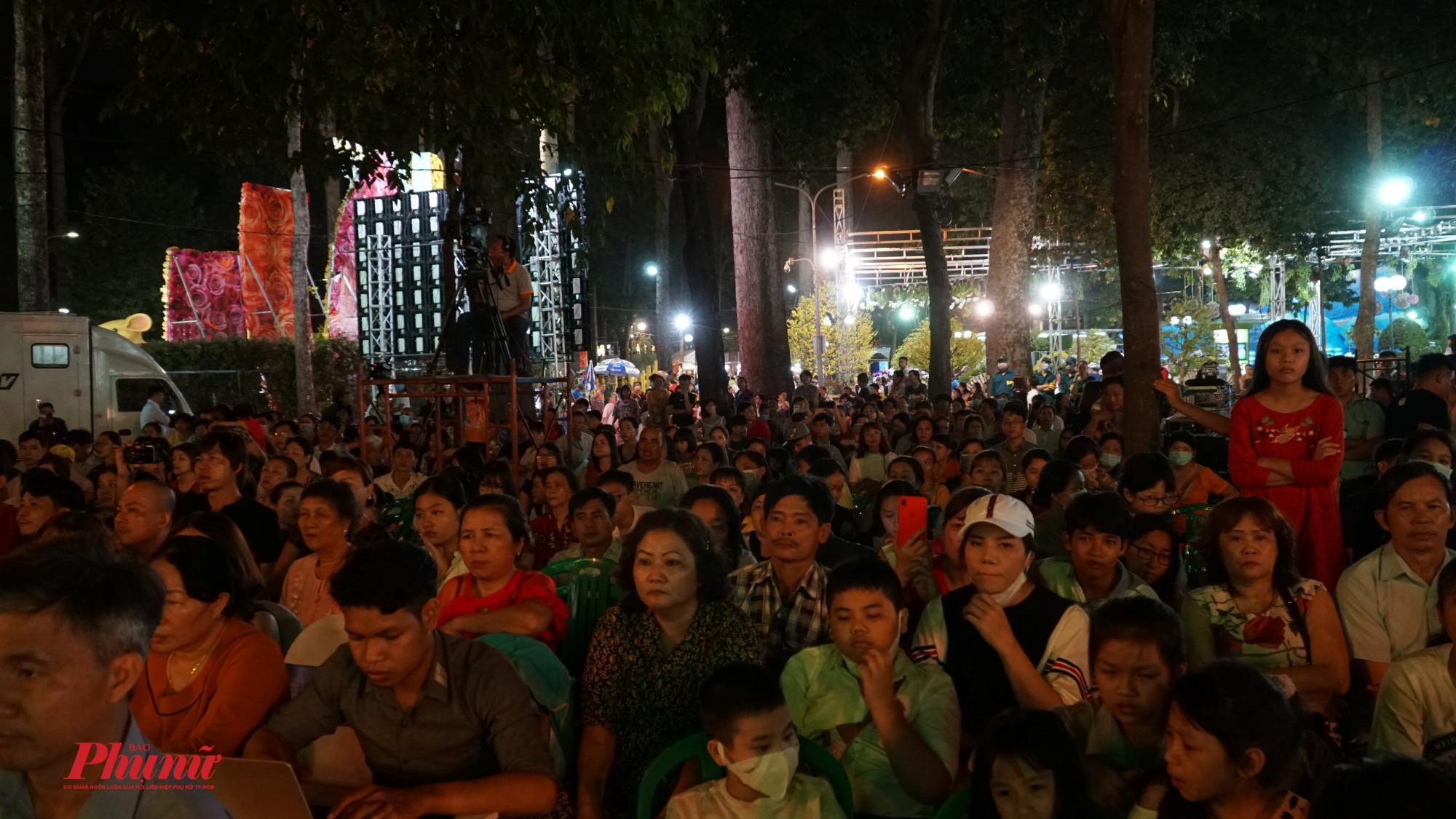 Rất đông người dân đến theo dõi chương trình