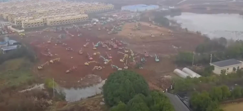 Hàng chục máy ủi bắt đầu san mặt bằng để làm bệnh viện dã chiến ở Vũ Hán