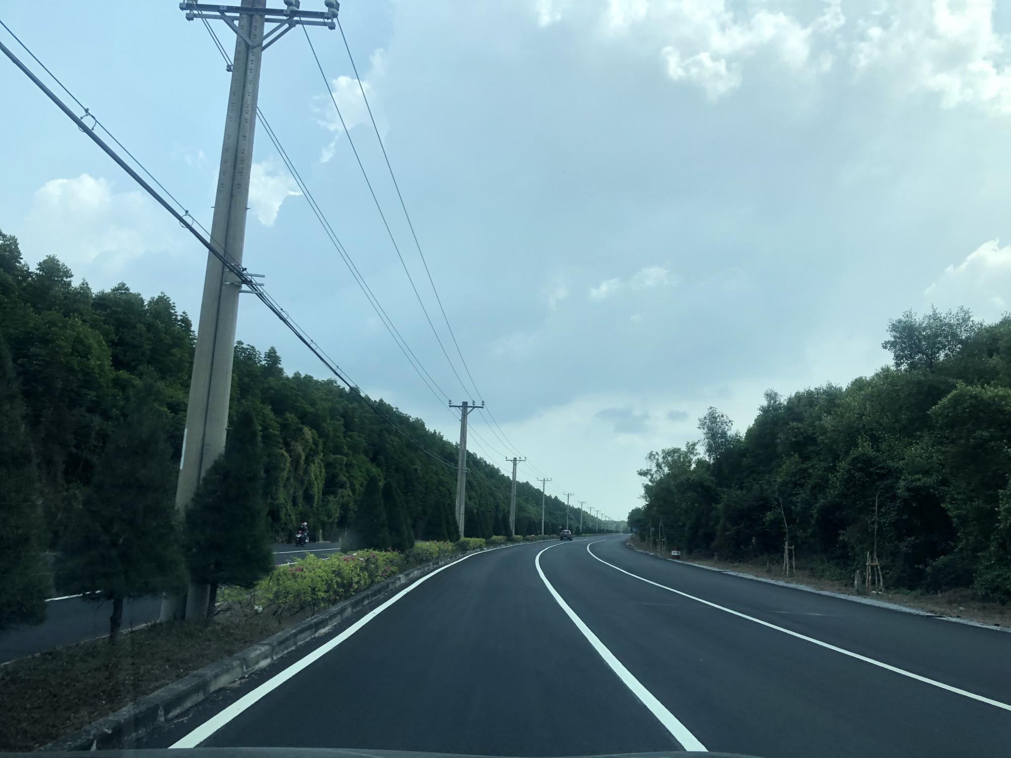 Con đường đẹp như tranh vẽ từ bến phà Bình Khánh nối dài tới tận thị trấn Cần Thạnh