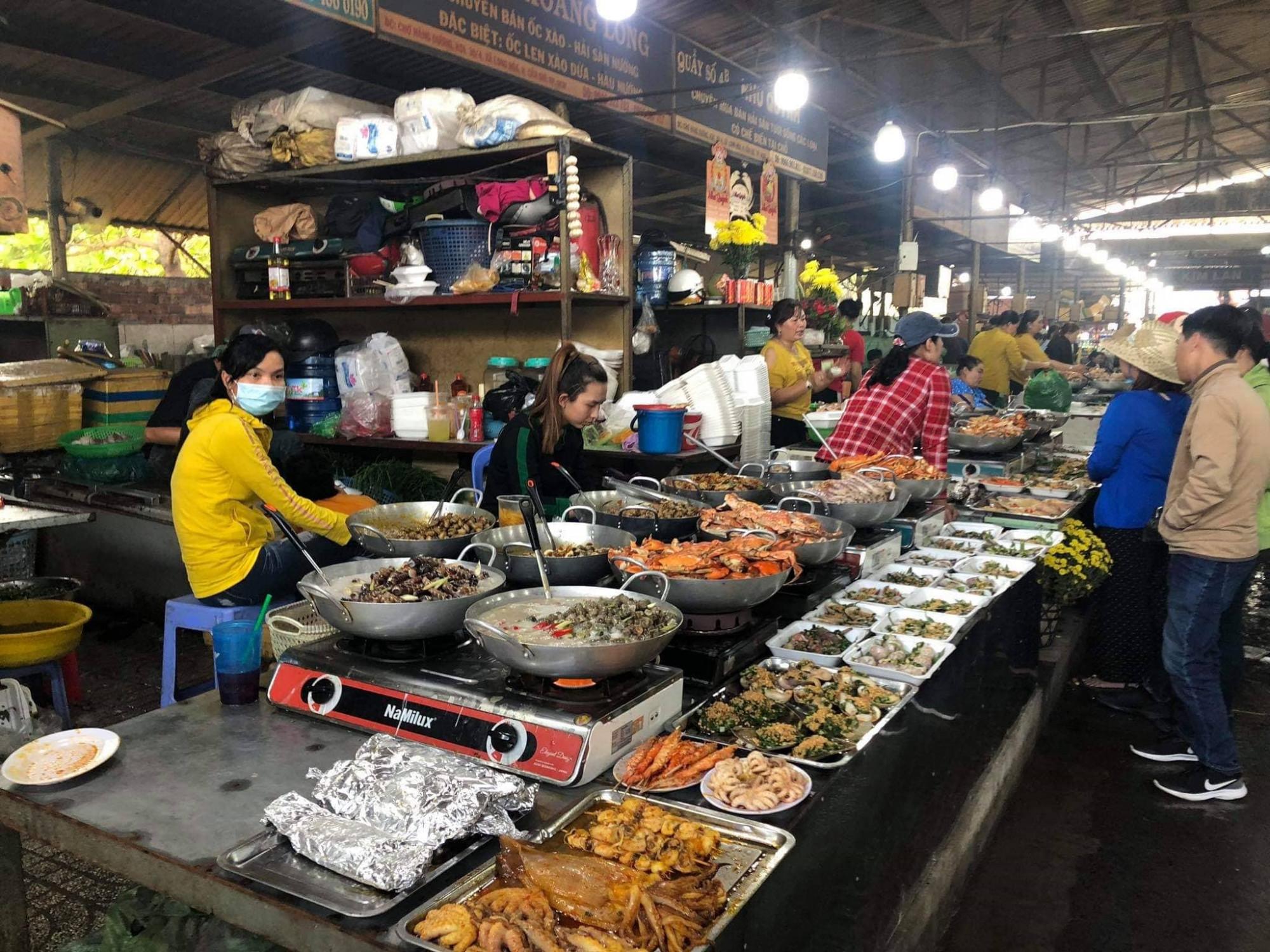 Du khách choáng ngợp tại chợ hải sản ở huyện Cần Giờ, TPHCM